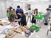 12月ハーツさばえ店舗委員による集まった商品の点検・仕分け風景