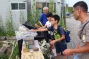 慰霊碑に献花する組合員親子